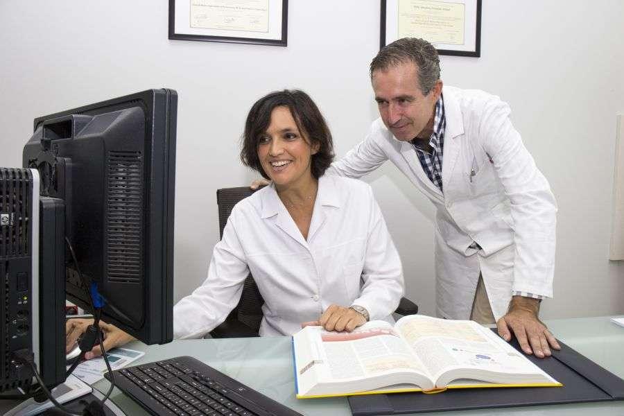 Francisco de la Peña García y Almudena Fernández Orland, Dermatólogos