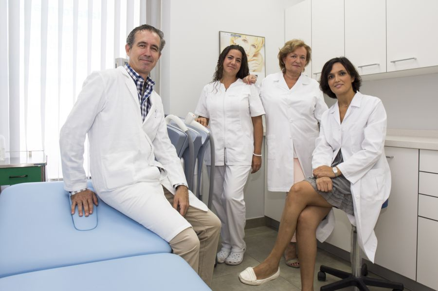 Equipo de Clínica Novaderma, dermatólogo, médico estético y auxiliar de clínica.